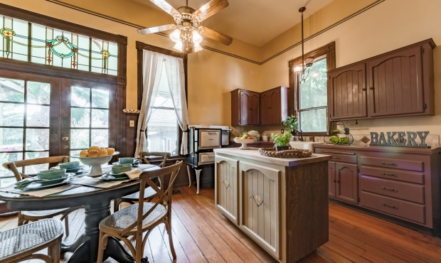 8 Kitchen (1 of 2)